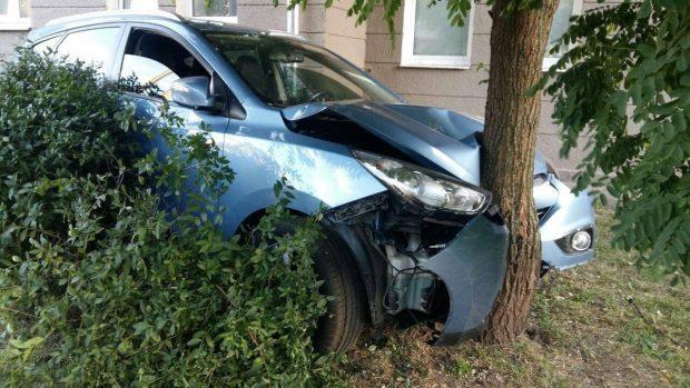 В центре Харькова Hyundai выехал на обочину и врезался в дерево