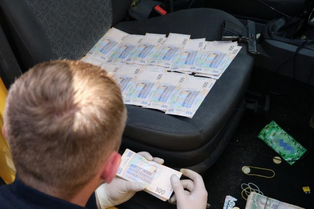 Полицейских разоблачили на взятке в 10 тысяч долларов от харьковской комерсантки
