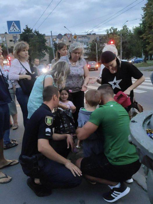 В Харькове патрульные полицейские сбили на пешеходном переходе бабушку с внуком