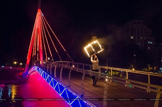 На обновленном мосту в сквере «Стрелка» прошло фаер-шоу