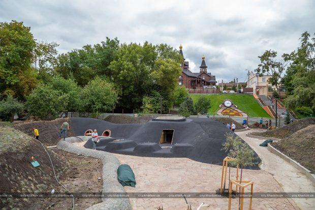 Водные аттракционы и вулкан: в Саржином яру обустраивают детский игровой комплекс