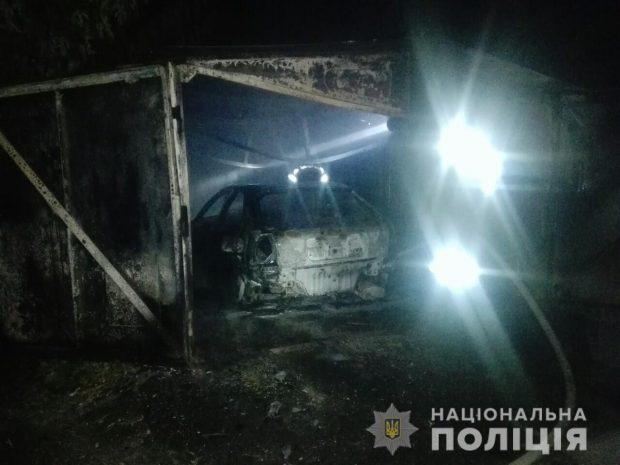 В двух районах Харькова ночью горели машины в гаражах