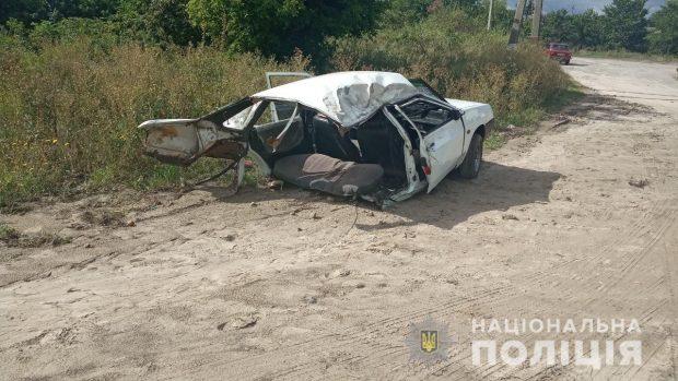 Под Харьковом машина врезалась в дерево: погиб пассажир, авто разорвало напополам