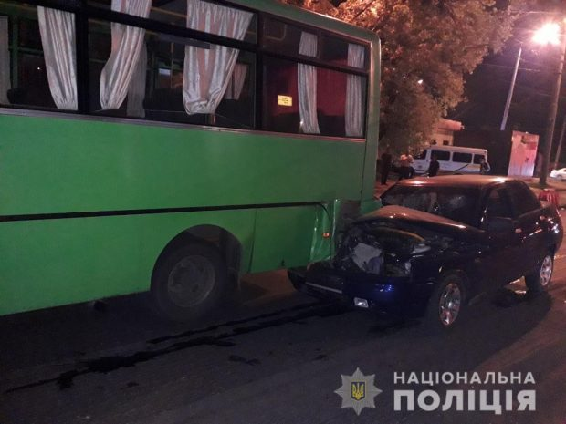 На Салтовке автомобиль въехал в маршрутку: пострадали пять человек