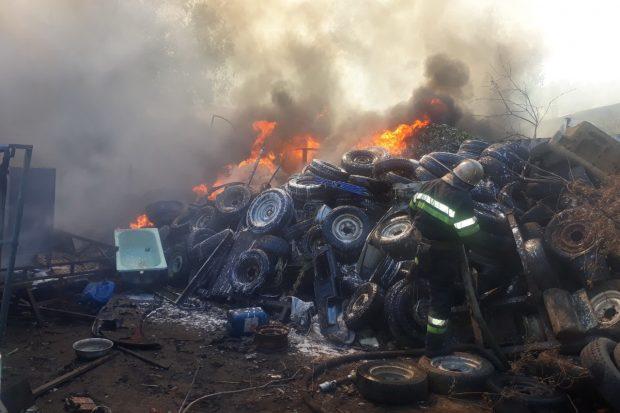 На Сортировке горят старые шины и автомобили