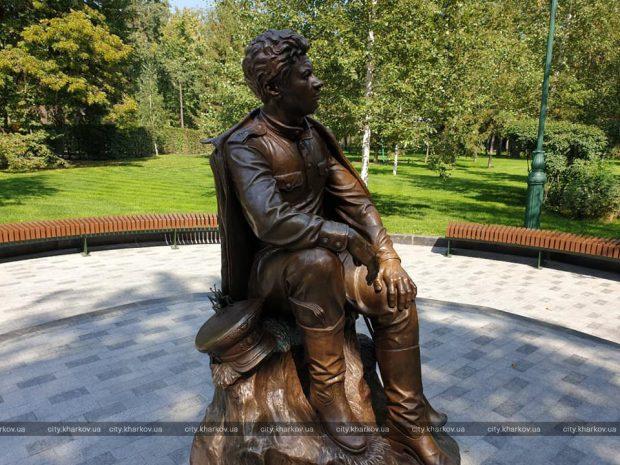 В саду Шевченко установили скульптуру Леонида Быкова