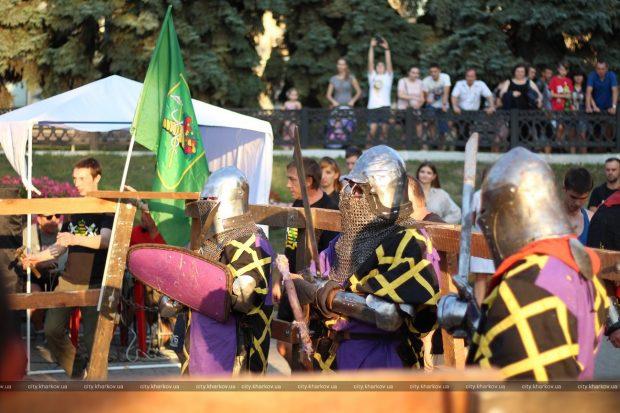 В Покровском сквере сражались рыцари
