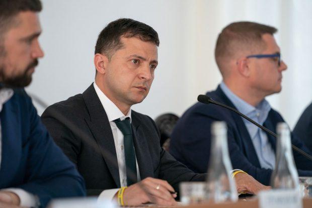 Зеленский начал упрощать получение украинского паспорта россиянами