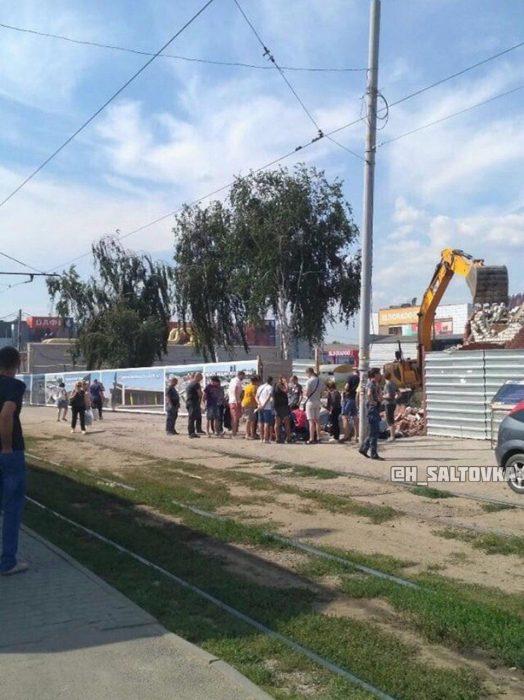 Женщина, на которую упал забор на рынке в Харькове, находится в реанимации