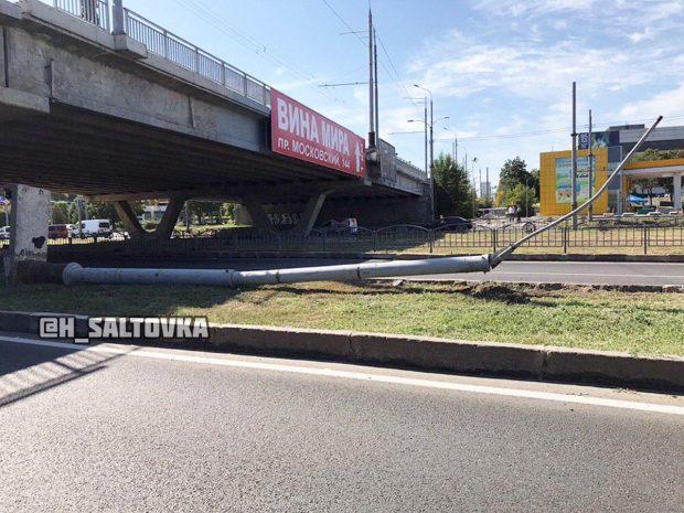 В Харькове с моста на проспект упал столб