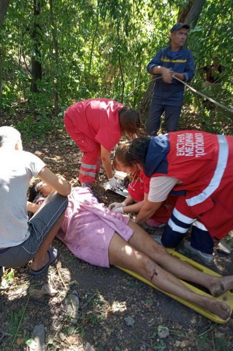 Под Харьковом спасатели спасли женщину с десятиметрового колодца