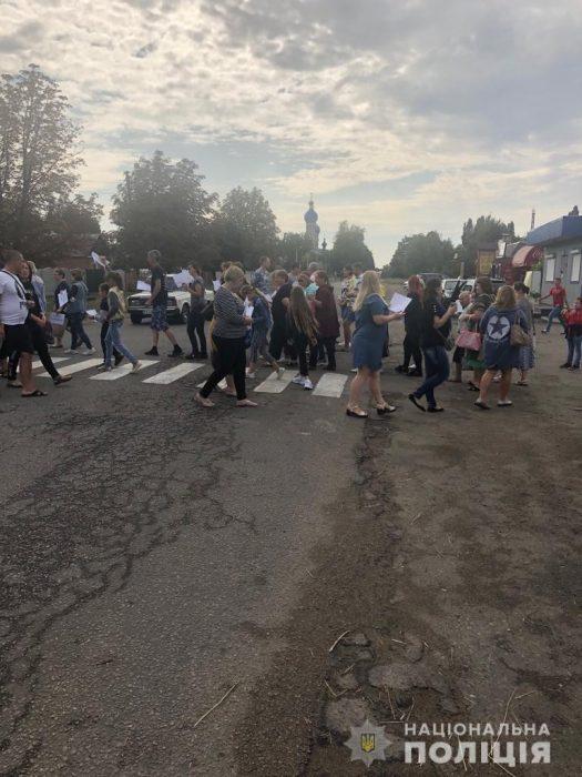 Под Харьковом сотрудники двух учебных заведений перекрыли движение в знак протеста против закрытия школ