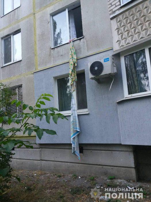 В Харькове пенсионерка спускалась со второго этажа вниз по простынях, не удержалась и упала