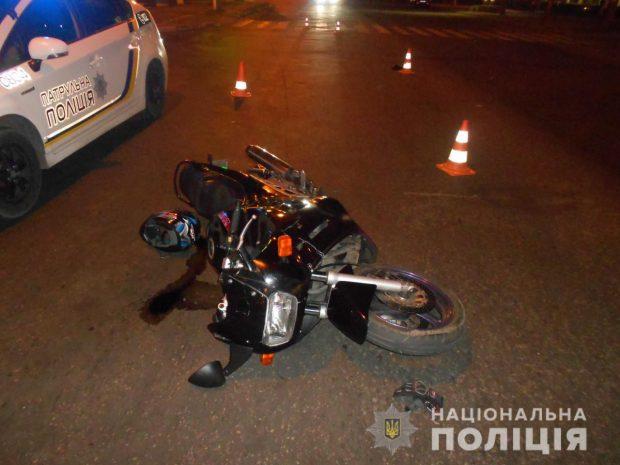 В Харькове мотоциклист на пешеходном переходе сбил женщину и ребенка