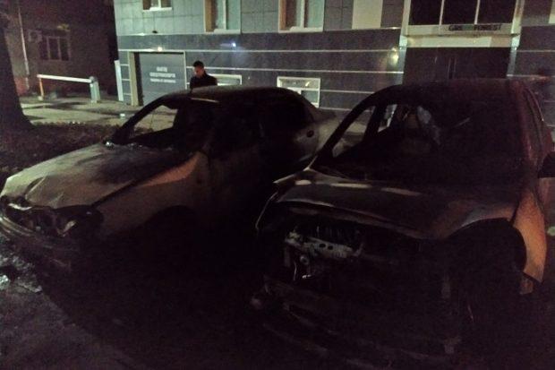 В центре Харькова сгорело два автомобиля