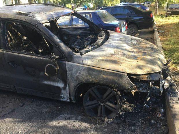 На Алексеевке вблизи жилой многоэтажки горел автомобиль