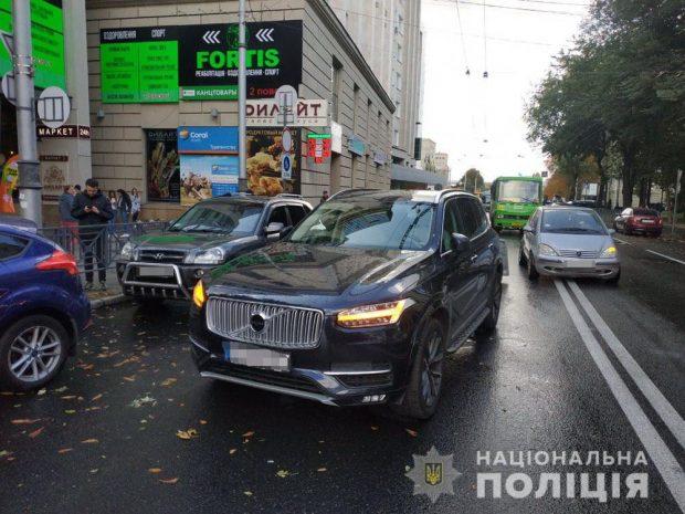В центре Харькова автомобиль сбил девушку-пешехода