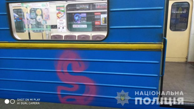 В харьковском метро иностранец разрисовал краской два вагона