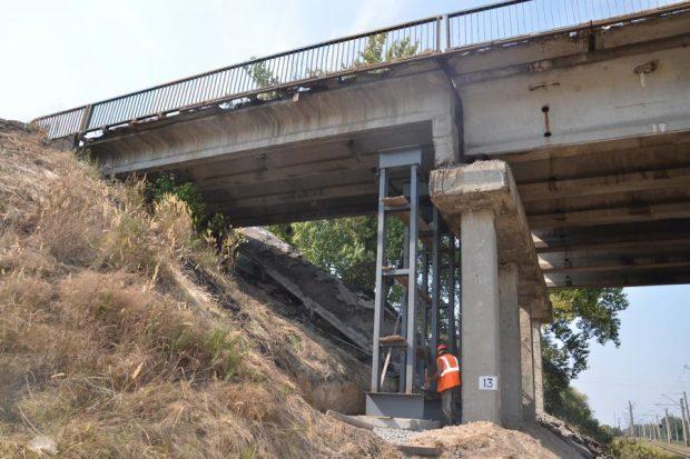 На поврежденном мосту на Окружной дороге проводят монтажные работы