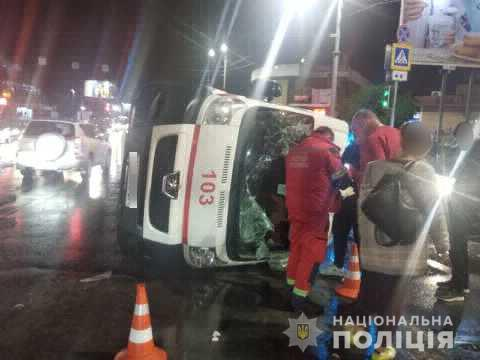 В Харькове автомобиль скорой помощи столкнулся с легковушкой