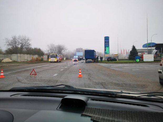 Под Харьковом столкнулись грузовик и легковушка: водителя вырезали из авто спасатели