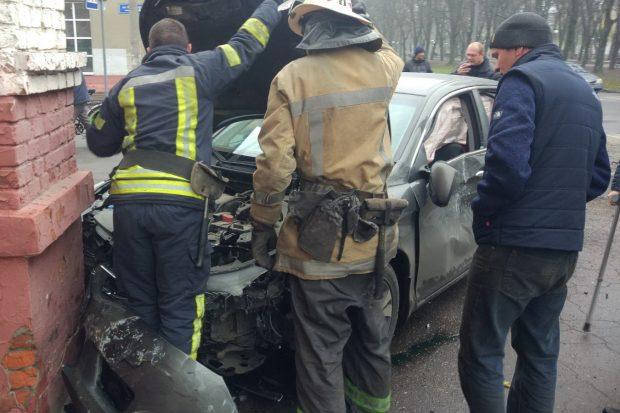 В Харькове спасатели деблокировали из покореженного в ДТП автомобиля пострадавшего