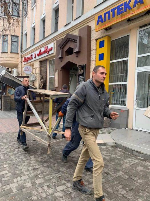 Мемориальную доску генерал-майору КГБ вернули на дом в центре Харькова