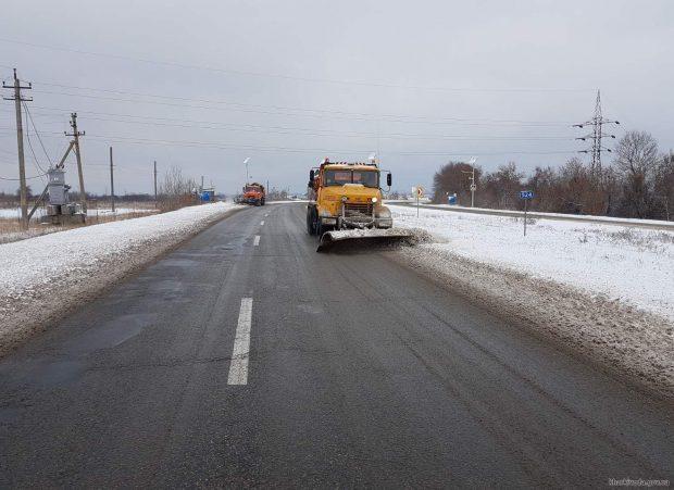 В течение суток дороги Харьковской области расчищали 183 единицы техники и около 230 рабочих