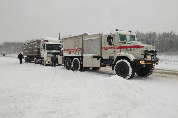 Под Харьковом спасатели помогли водителям 3-х фур преодолеть сложный участок дороги