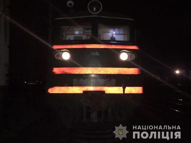 В Харькове молодой парень лег на рельсы перед приближающимся грузовым поездом