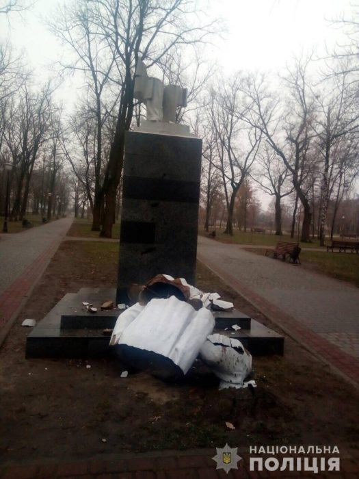 В Харькове свалили памятник Максиму Горькому