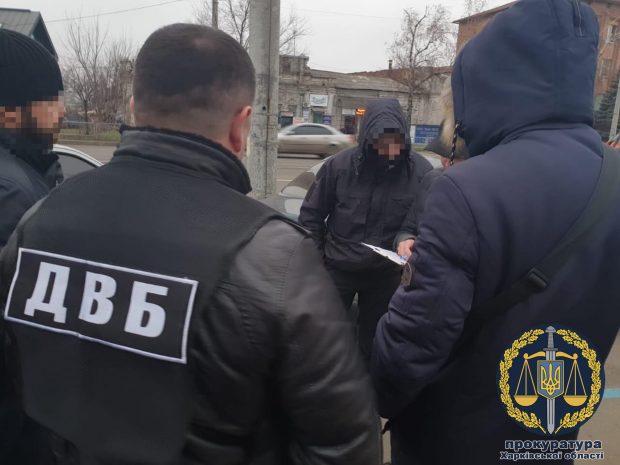 В Харькове полицейский за взятки выдавал водителям поддельные автономера