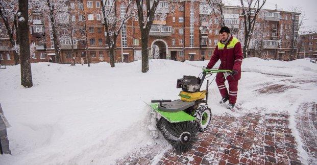 Более 1600 дворников убирают во дворах Харькова - мэрия