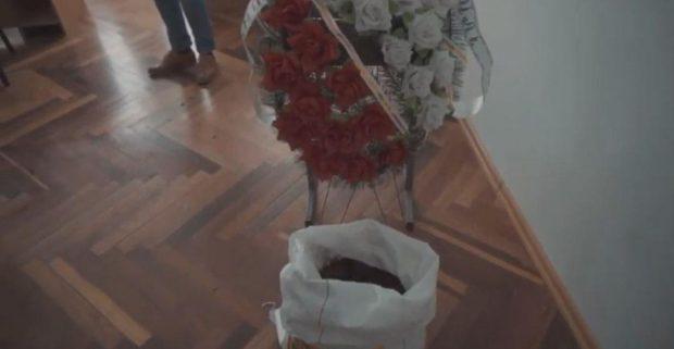 """В офис харьковского """"слуги народа"""" принесли мешок земли и траурный венок"""