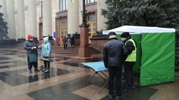 Под Харьковской ОГА собирают подписи относительно Кернеса