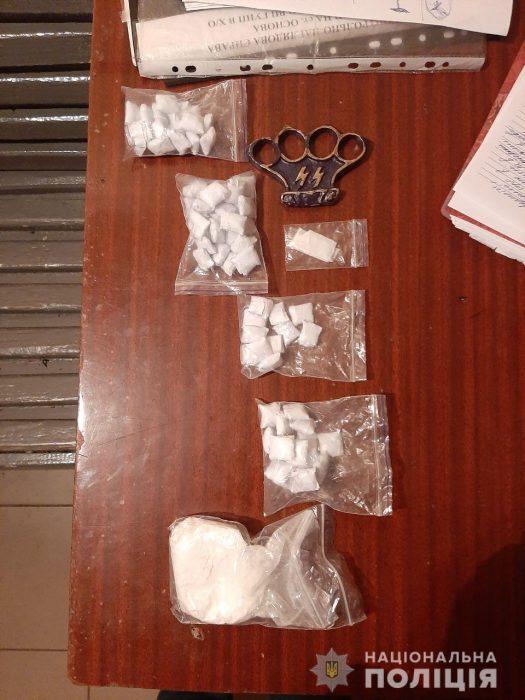 В Харькове у жителей Днепра обнаружили наркотики и кастет с нацисткой символикой