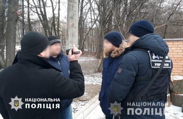 В Харькове неизвестный ограбил полицейского, когда тот возвращался ночью домой