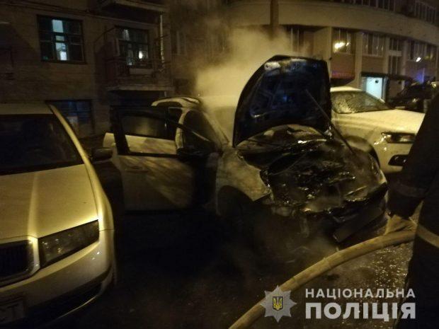 В центре Харькова возле дома сожгли автомобиль