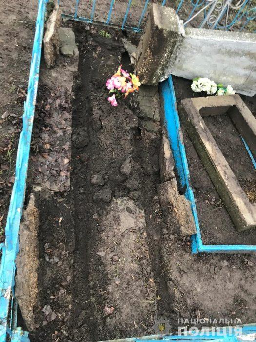 На Харьковщине полиция задержала мужчину за надругательство над могилами