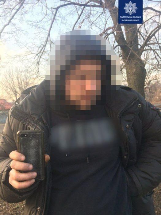 В Харькове водитель сломал палец патрульному
