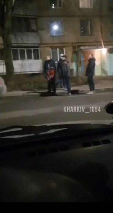 В Харькове подростки обматерили мужчину и разбили его автомобиль