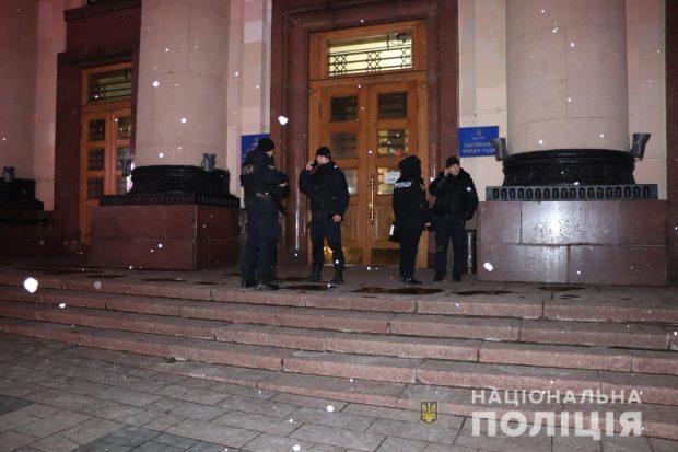 Авто и файера под стенами Харьковской ОГА: полиция открыла уголовное производство