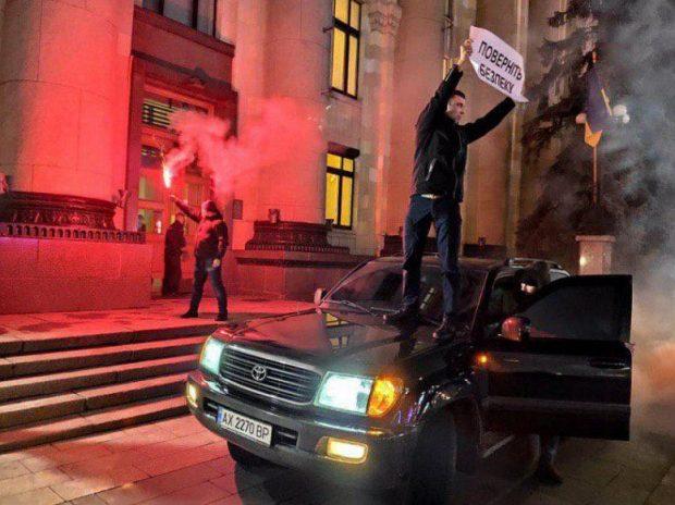 Под двери Харьковской ОГА загнали внедорожник и жгли файера