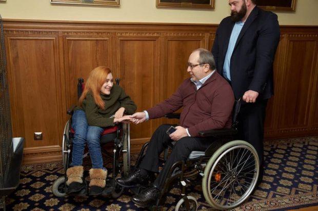 Кернес подарил девушке с инвалидностью, вместо украденной, новую коляску