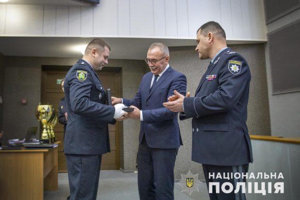 Наградили харьковского полицейского, который спас жизнь заложницы