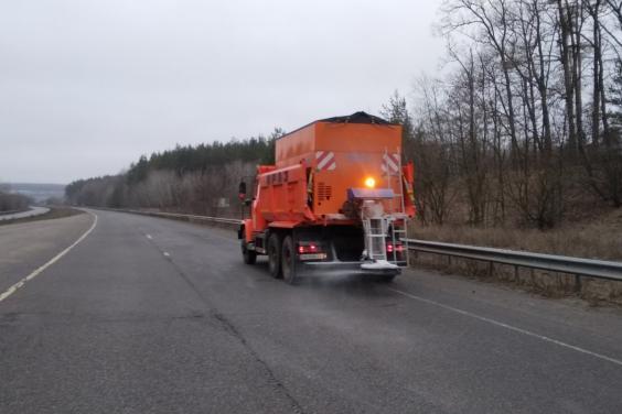 В течение суток на дорогах Харьковщины использовали 335 кубометров песчано-солевой смеси и 54 т технической соли