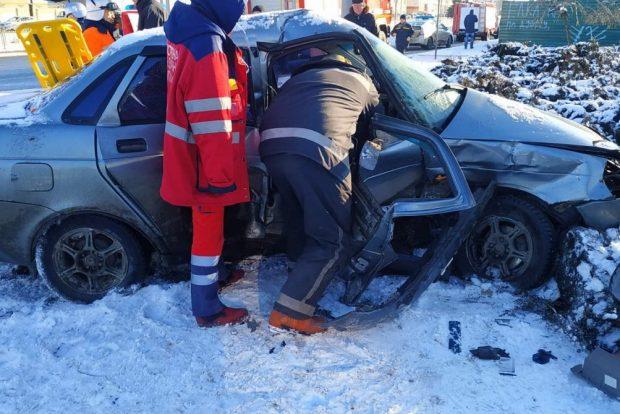 Авария на Московском проспекте: водителя одного из автомобилей доставали спасатели