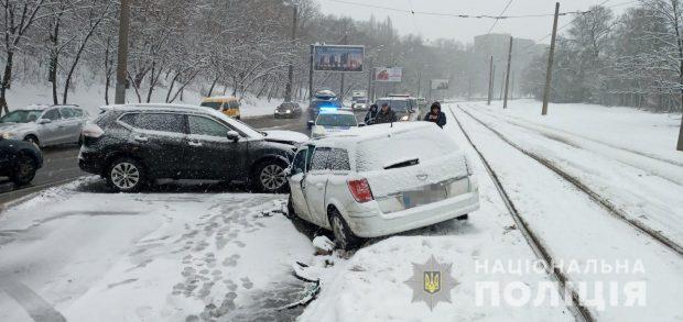 В Харькове столкнулись два автомобиля: оба водителя попали в больницу