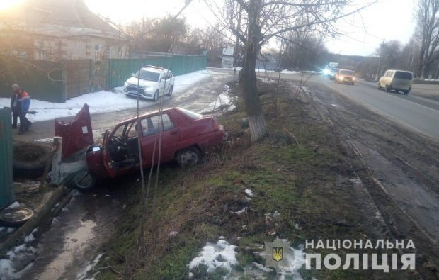 Под Харьковом автомобиль вылетел с дороги и врезался в шины
