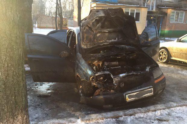 Во дворе на проспекте Науки сгорел автомобиль